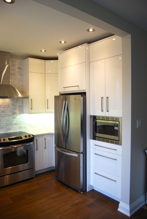 A modern Toronto custom kitchen with high gloss white cabinet doors by Allstyle